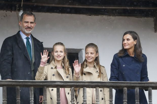 El Rey Felipe VI, la reina Letizia, la princesa Leonor y la infata Sofía en su visita al pueblo ejemplar de Asiego -Asturias- el pasado año./Gtres