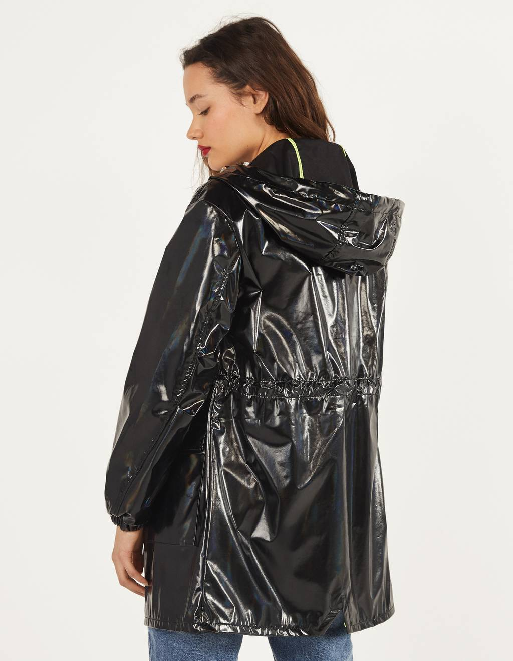 Este es el chubasquero de Bershka con más estilo para los días de lluvia