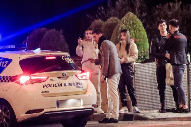 Tom Brusse y Sandra Pica se saltan el toque de queda y se las ven con la Policía