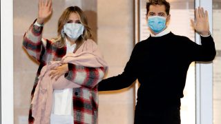 Rosanna Zanetti y David Bisbal, a su salida del hospital / Gtres