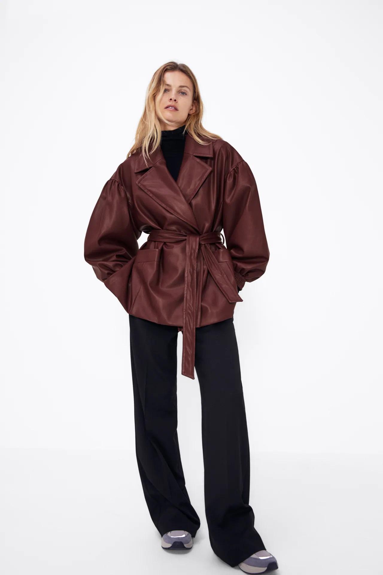 Zara: Busca por el armario o compra esta blazer ochentera de piel una de las prendas de la temporada