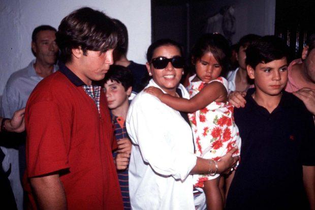 María del Monte cogiendo en brazos a Isa P mientras disfrutaban de unas vacaciones en Málaga en el verano del 98./Gtres