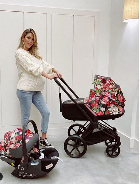 Rosanna Zanetti posando con un carrito de bebé en su perfil de Instagram/Instagram @rosannazanetti