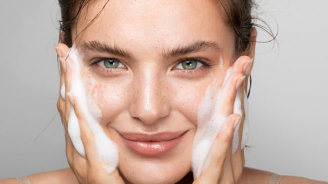 Esto es lo que los dermatólogos recomiendan no hacer a tu piel a diario