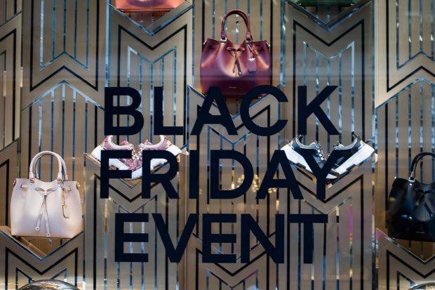 Escaparate de una tienda el día del 'Black friday'./Gtres
