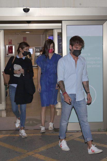 Adara Molinero saliendo de un hospital de Madrid junto a su pareja, Rodrigo y su madre, Elena Rodríguez./Gtres
