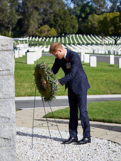 El príncipe Harry depositando un adorno floral en el Cementerio Nacional de Los Ángeles./Gtres