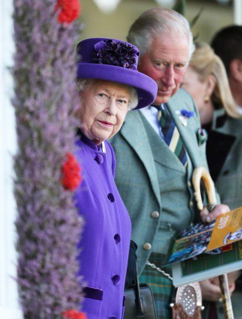 La reina Isabel II y Carlos de Inglaterra en una imagen de archivo./Gtres