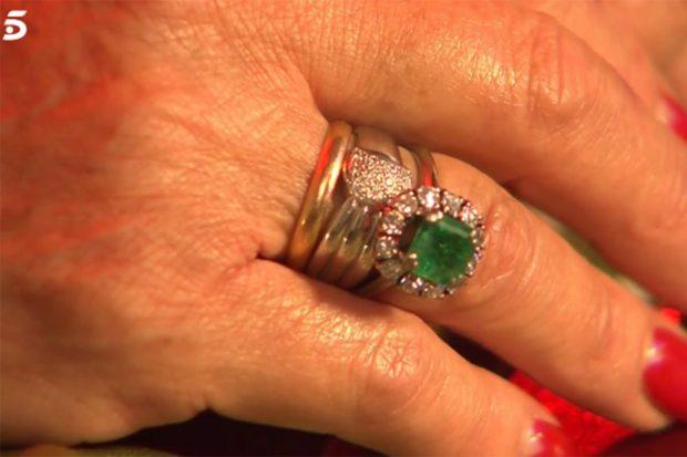 La hermana del torero luce las esmeraldas que le regaló a su madre./Telecinco