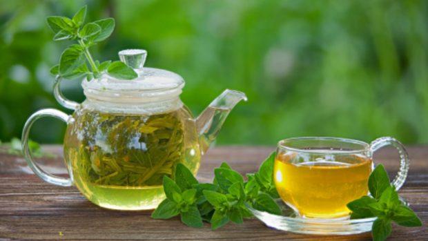 El té de orégano es una de las bebidas de moda para aliviar dolores menstruales