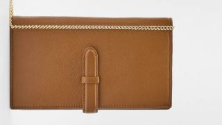 Zara tiene el regalo perfecto y único, una cartera de piel personalizable por menos de 30 euros