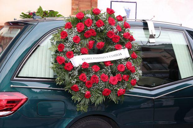 Isabel Pantoja ha mandado una corona de flores de su parte a Irene Rosales tras el fallecimiento de su padre Manuel./Gtres