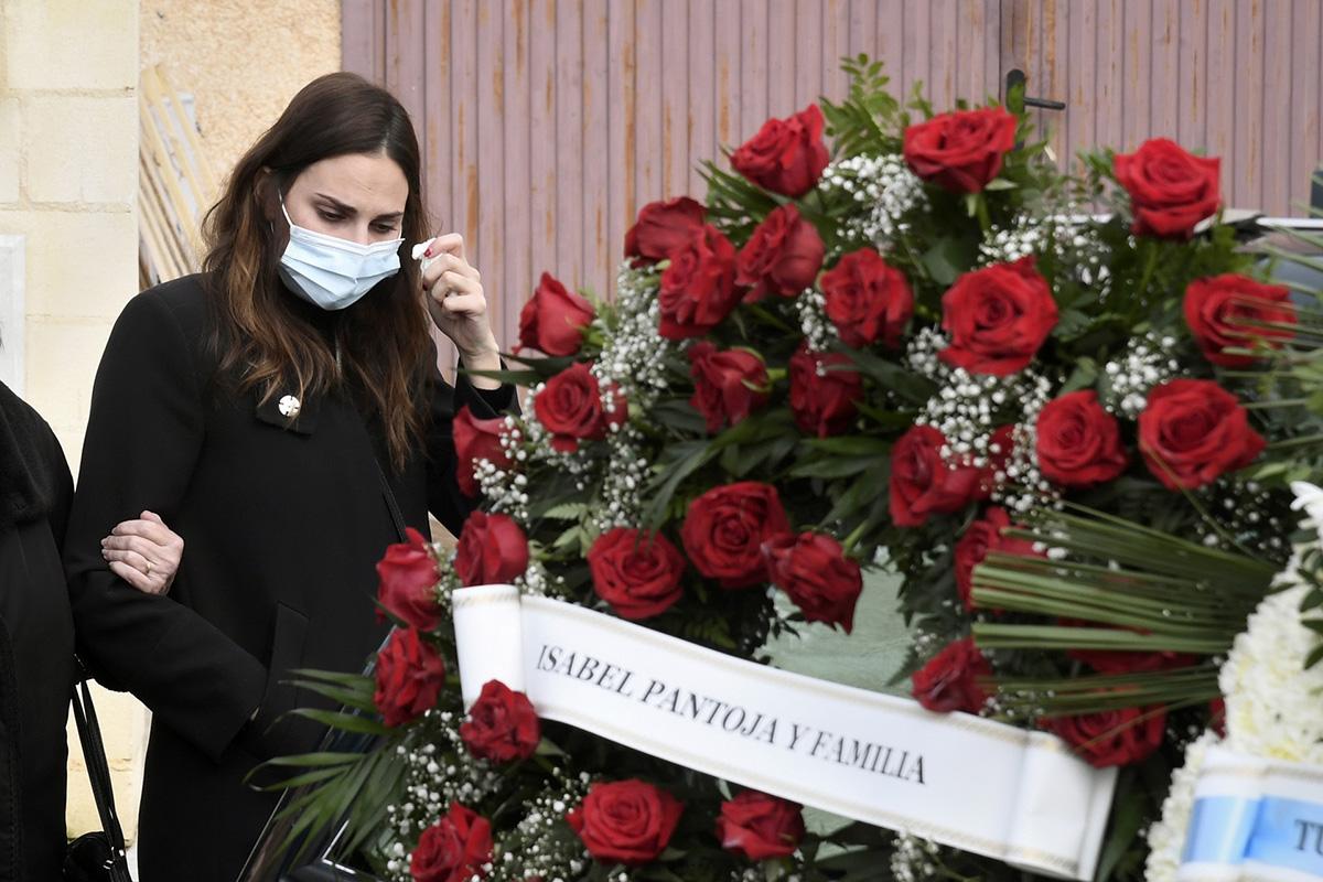 Irene Rosales rota de dolor en el entierro de su padre./Gtres
