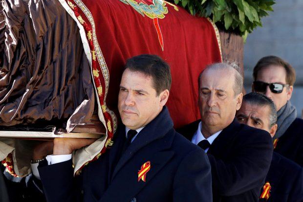 Francis Franco junto a Luis Alfonso de Borbón en la exhumación de Francisco Franco./Gtres