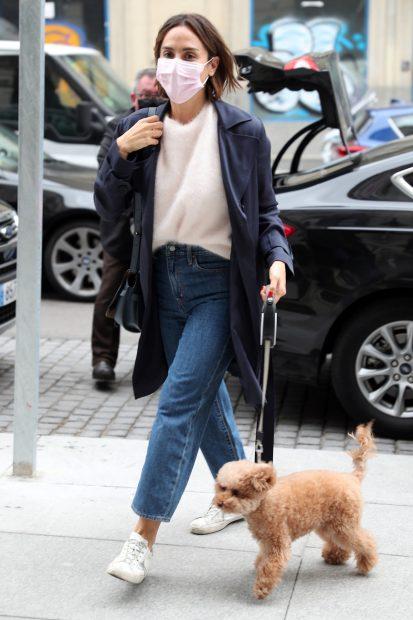 Tamara Falcó por las calles de Madrid con su mascota./Gtres