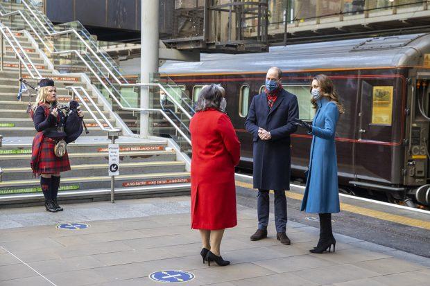 Kate Middleton y el príncipe Guillermo en su primer viaje en el Royal Train./Gtres