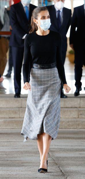 La Reina Letizia se ha apuntado a esta tendencia que ya ha llevado en varias ocasiones en los últimos meses/Gtres