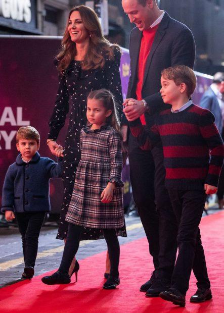 Los duques de Cambridge junto a sus hijos en el Palladium de Londres./Gtres