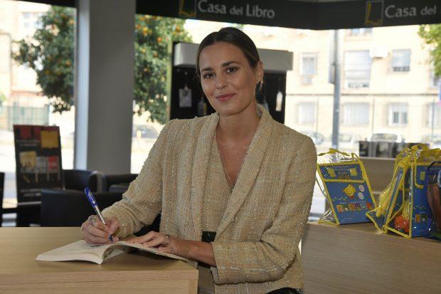 Claudia Osborne firmando su libro 'Lo mejor de ti'./Gtres