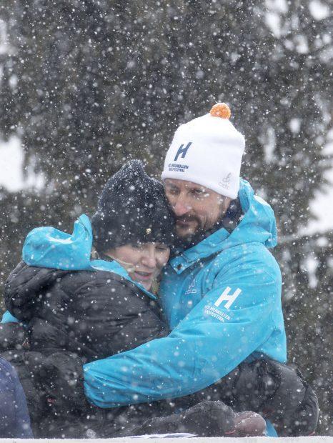 El príncipe Hakkon y la princesa Mette-Marit en la nieve./Gtres