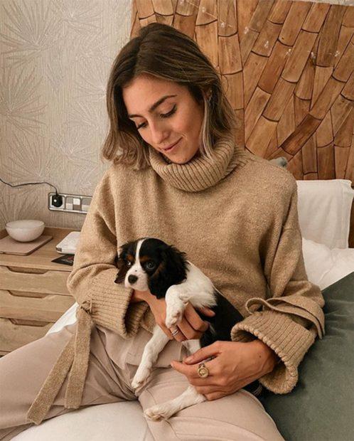 Anna Padilla con un jersey de punto beige combinado con un pantalón del mismo tono./Instaram @Anna Padilla con un chándal de Zara./Instagram @annafpadilla