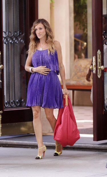 Carrie Bradshaw con un minivestido morado./Gtres