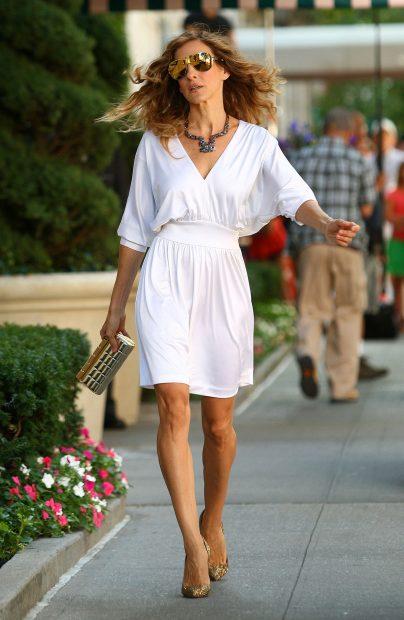 Carrie Bradshaw luciendo un vestido blanco durante la grabación de la primera película de 'Sexo en Nueva York'./Gtres