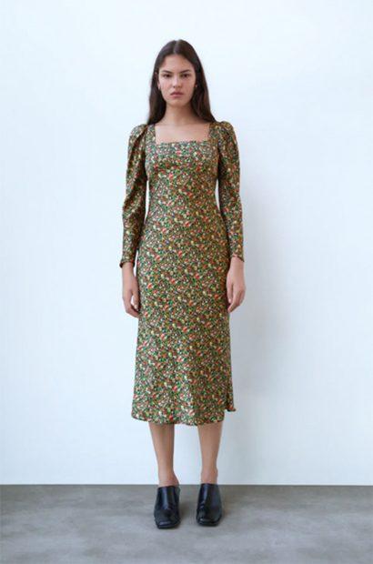 Vestido de líneas rectas, escote en caja y mangas abullonadas de Zara./Zara