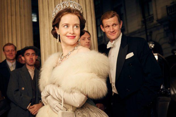 Claire Foy, caracterizada como la reina Isabel II de Inglaterra en 'The Crown'./'The Crwon'