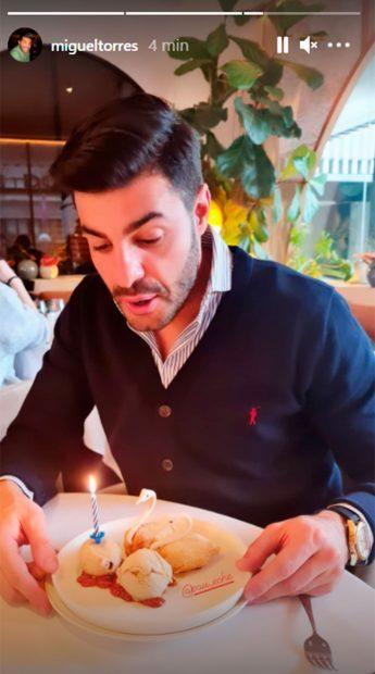 Miguel Torres, soplando las velas / Instagram