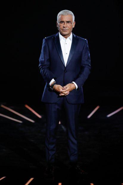 Jorge Javier Vázquez con un traje de dos piezas azul marino combinado con una camisa blanca./Gtres