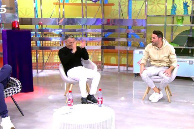Jorge Javier presentando 'Sálvame' con un jersey negro y pantalones blancos./Telecinco
