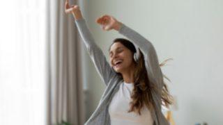Canciones para levantar el ánimo y no dejar de bailar en casa