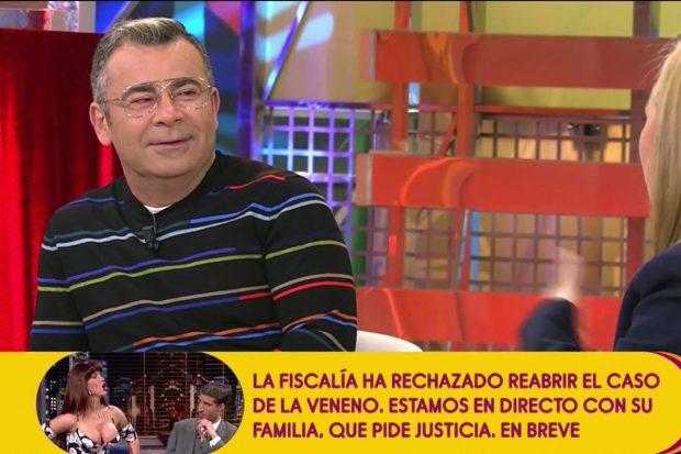 Jorge Javier Vázaquez con un jersey negro de rayas de colores presentando 'Sálvame'./Telecinco