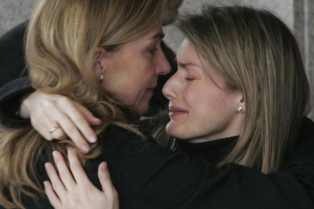 La reina Letizia junto a la infanta Elena en el entierro de Érika Ortiz./Gtres