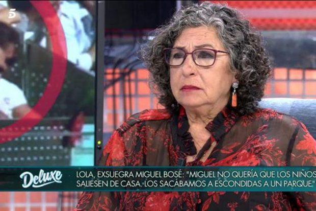 Lola Medina en 'Sábado Deluxe' hablando sobre la relación de su hijo y Miguel Bosé./Telecinco