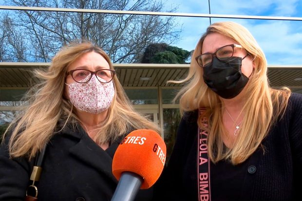 Las hijas de Lorenzo Valverde, muy apenadas a las puertas del tanatorio / Gtres