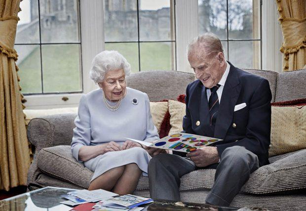 Este fue el último posado que nos regaló el duque de Edimburgo, celebrando el 73 aniversario de casado con Isabel II / Gtres