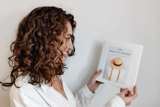 Cristina Moreno junto a su libro 'Diseña tu armario'./Instagram @livinginflipflops
