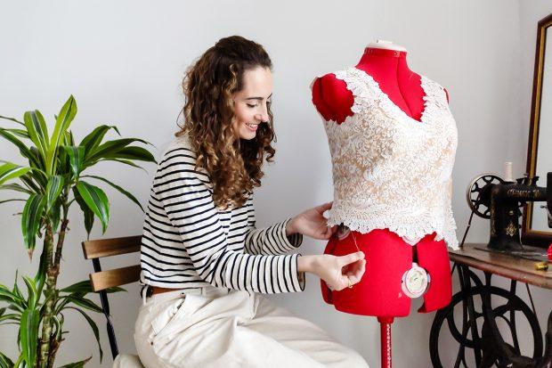 La estilista Cristina Moreno ha lanzado el libro, 'Diseña tu armario'./Instagram @livinginflipflops