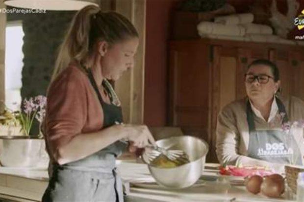 María del Monte y Anne Igartiburu charlando en 'Dos parejas y un destino'./RTVE