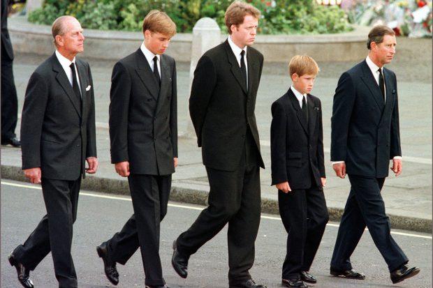 El duque de Edimburgo, Charles Spencer, los príncipes Carlos, Harry y Guillermo en una imagen de archivo./Gtres