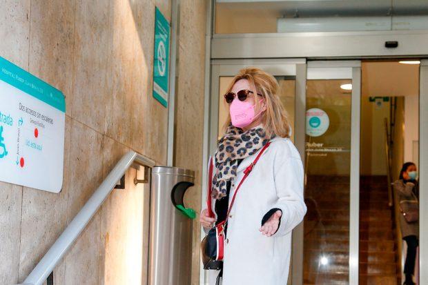 Lydia Lozano, justo antes de entrar al hospital donde se ha sometido a la intervención de espalda / Gtres