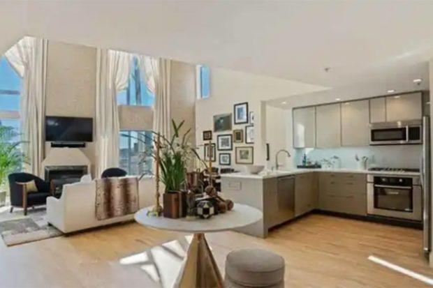 La primera planta cuenta con un amplio salón y una cocina./Realton.com