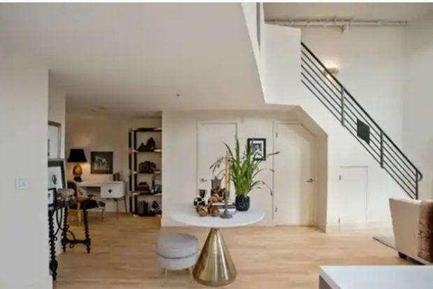 En la fotografía se puede ver el recibidor y las escaleras que llevan hasta la primera planta del loft./Realtor.com