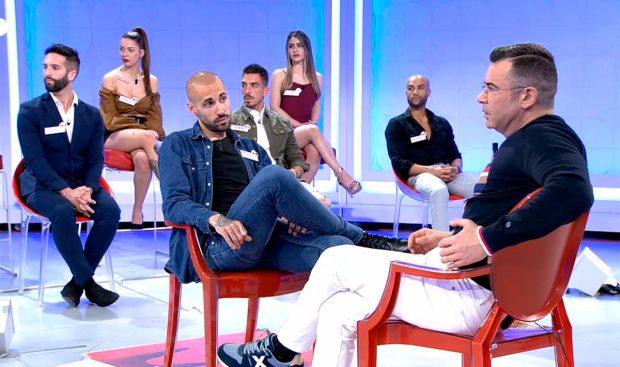 Jorge Javier Vázquez y uno de los pretendientes que ha tenido en su estreno en 'MYHYV' / Cuatro