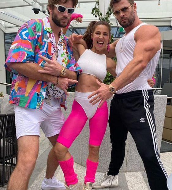 Chris Hemsworth, Elsa Pataky y un amigo durante una fiesta ochentera./Instagram @chrishemsworth