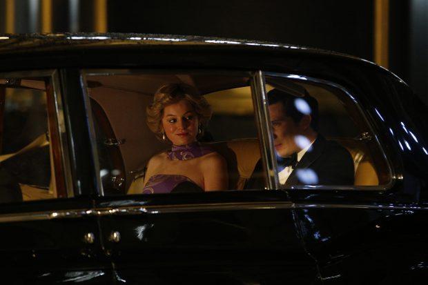 Emma Corrin en la filmación de 'The Crown'./Gtres