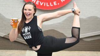 Llega el beer yoga: Practicar yoga con una cerveza