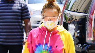 Jennifer Lopez con un look en tie dye / Gtres